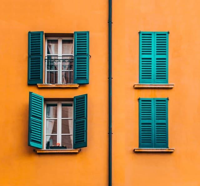 παράθυρα σε πορτοκαλί τοίχο